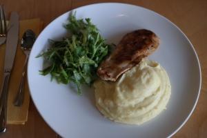 Danie z menu dziecięcego puree ziemniaczane, grillowana pierś z kurczaka i zielona witaminka